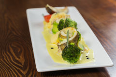 Nourriture délicieuse dans une soumission gentille d'un plat blanc photo libre de droits