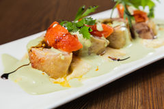 Nourriture délicieuse dans une soumission gentille d'un plat blanc photographie stock libre de droits