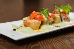 Nourriture délicieuse dans une soumission gentille d'un plat blanc photos libres de droits