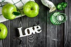 Nourriture d'été avec les pommes vertes et amour sur la vue supérieure de fond foncé Photo libre de droits