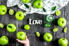 Nourriture d'été avec les pommes vertes et amour sur le principal foncé vi de fond Photographie stock