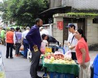Nourriture d'achat de client aux stalles de fruit d'allée Images libres de droits