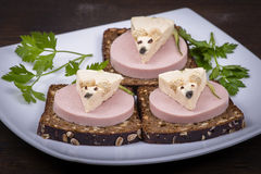 Nourriture d'amusement pour des enfants - souris avec du fromage sur le sandwich image stock