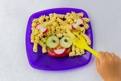 Nourriture d'enfant Nourriture dr?le Plat avec des p?tes photo libre de droits