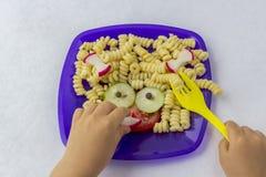 Nourriture d'enfant Nourriture dr?le Plat avec des p?tes images libres de droits