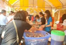 Nourriture d'Offerring aux gens au monastère chanté par Tha Photographie stock libre de droits