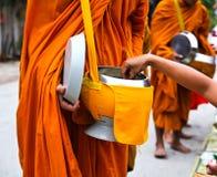 Nourriture d'offre au moine le début de la matinée Photos stock