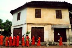Nourriture d'offre au moine le début de la matinée Photo libre de droits