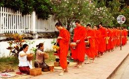 Nourriture d'offre au moine le début de la matinée Image libre de droits