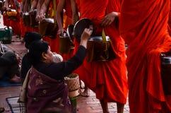 Nourriture d'offre de personnes aux moines images stock