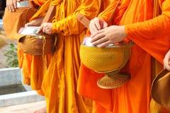 Nourriture d'offre de peuples aux moines Photographie stock libre de droits