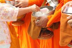 Nourriture d'offre de peuples aux moines image stock