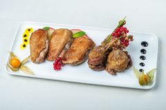 Nourriture dans des plats sur un fond blanc Photographie stock libre de droits