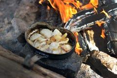 Nourriture dans la forêt sur le feu, camping sain Images libres de droits
