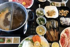 Nourriture dans le plat préparé pour le shabu ou le sukiyaki photos libres de droits