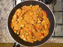 Nourriture dans une casserole image libre de droits
