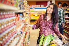 Nourriture de achat au supermarché Image libre de droits