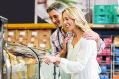 Nourriture de achat de couples heureux Photos libres de droits