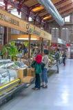 Nourriture de achat de personnes sur le marché Photographie stock libre de droits
