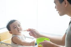 Nourriture de alimentation d'enfant de père Images stock