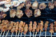 Nourriture de Barbequed de satay, des crevettes roses et des ailes de poulet image stock