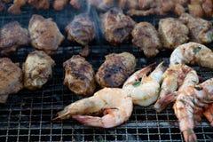Nourriture de Barbequed de satay, des crevettes roses et des ailes de poulet photographie stock libre de droits