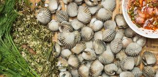 Nourriture de basculage de mollusques et crustacés Photographie stock libre de droits
