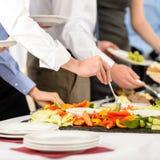 Nourriture de buffet de prise de gens de restauration d'affaires Photographie stock libre de droits
