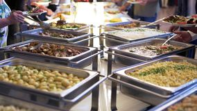 Nourriture de buffet de restauration de groupe de personnes d'intérieur dans le restaurant de luxe avec de la viande colorée banque de vidéos