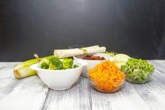 Nourriture de chinois traditionnel - nouilles d'Udon avec du porc et des légumes en sauce à teriyaki sur un conseil en bois Ingré photos libres de droits