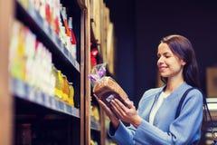 Nourriture de choix et de achat de femme heureuse sur le marché Photographie stock libre de droits
