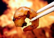 Nourriture de crevette de crevette rose de tigre de roi par l'incendie et la flamme images libres de droits