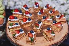 Nourriture de dessert de boulangerie de baies au service à l'assiette en bois en partie images libres de droits