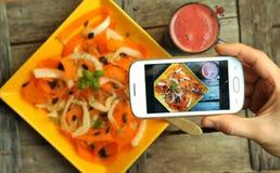 Nourriture de Detox avec le veggie, la salade crue et le media social Photographie stock libre de droits