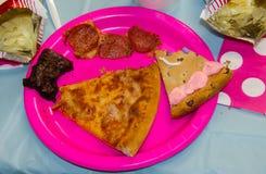 Nourriture de fête d'anniversaire avec une morsure prise des festins assortis comprenant la pizza, les pommes chips, le gâteau de photo libre de droits