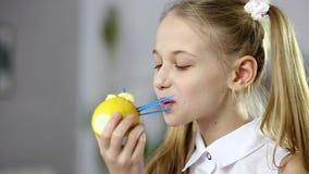 Nourriture de fruit et plan rapproché décoratifs du visage de la fille banque de vidéos