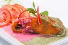 Nourriture de fusion des saumons frits de poissons avec le style thaïlandais de nourriture image libre de droits