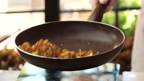 Nourriture de lancement dans la poêle clips vidéos