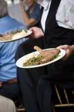 Nourriture de mariage servi par un serveur Images libres de droits