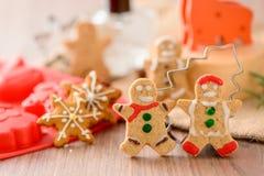 Nourriture de Noël Le bonhomme en pain d'épice et le pain d'épice tiennent le premier rôle des biscuits dans l'arrangement de Noë Photos stock