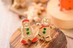 Nourriture de Noël Le bonhomme en pain d'épice et le pain d'épice tiennent le premier rôle des biscuits dans l'arrangement de Noë Images stock