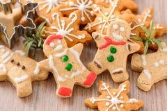 Nourriture de Noël Le bonhomme en pain d'épice et le pain d'épice tiennent le premier rôle des biscuits dans l'arrangement de Noë Image stock