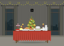 Nourriture de Noël sur la table décorant de l'arbre de Noël Photographie stock
