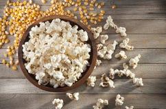 Nourriture de noyaux de maïs éclaté de cuvette Photo libre de droits