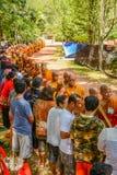 Nourriture de offre bouddhiste thaïlandaise dans l'aumône-cuvette de ` de moines image stock
