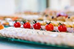 Nourriture de partie complétée avec des tomates Photo libre de droits