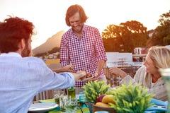 Nourriture de portion aux amis Image stock