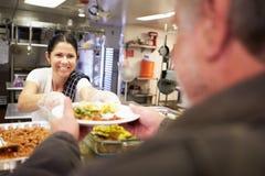 Nourriture de portion de cuisine dans le foyer pour sans-abris Photos stock