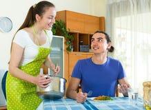 Nourriture de portion de femme son mari Images libres de droits