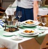 Nourriture de portion de serveur au restaurant photographie stock libre de droits